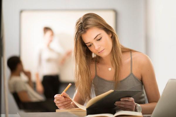 O vestibular é mais indicado quando você deseja entrar em um curso em uma instituição específica. (Imagem: Divulgação)